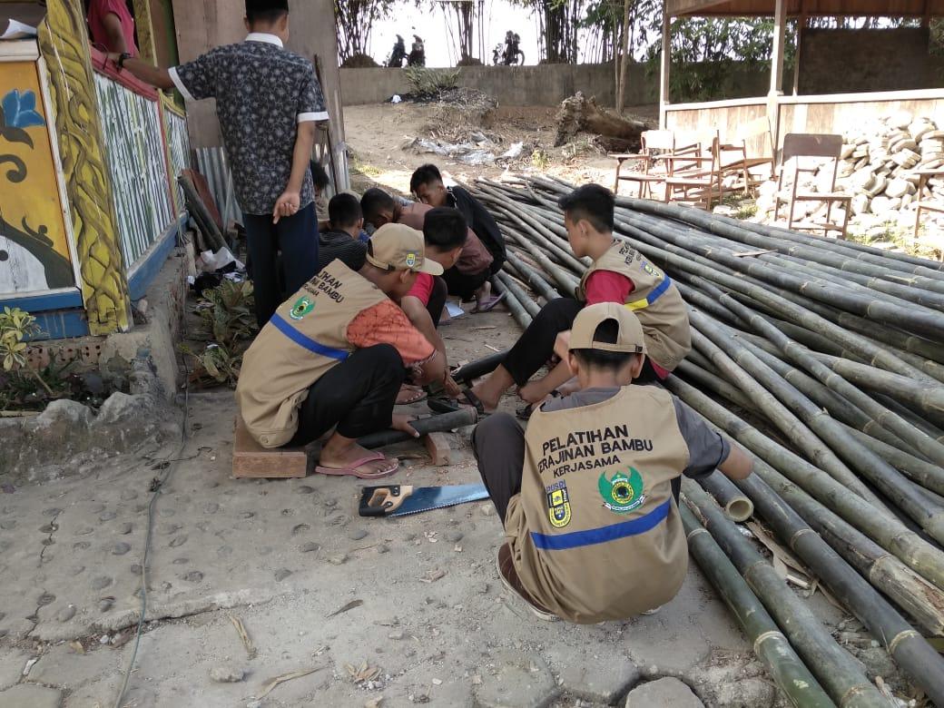 Pusri Latih Kerajinan Bambu dan Ternak Lele pada 50 Santri